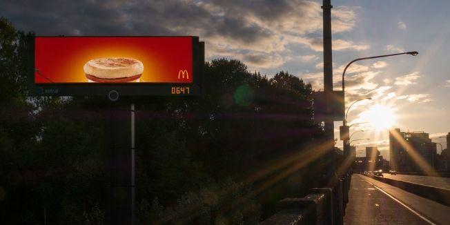 随时根据天气改变的户外广告牌