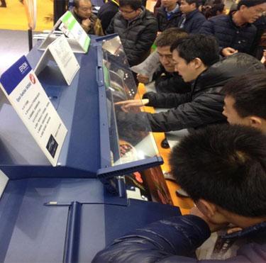 观众专注体验Epson SureColor S60680微喷写真机